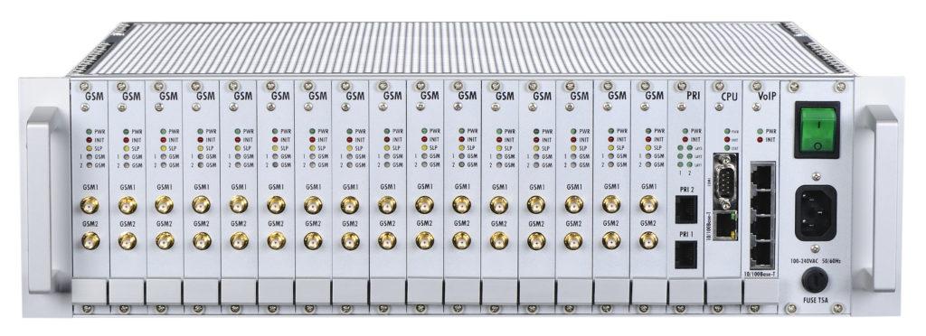 2N® StarGate je GSM/UMTS brána, která vám umožní výrazným způsobem snížit náklady na telefonní hovory. Navíc ji využijete i jako nástroj přímého marketingu při hromadných rozesílkách reklamních sdělení. Zároveň disponuje širokým množstvím pokrokových funkcí, jako jsou např. šetřicí automat, režim DialThru či služba CallBack.